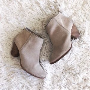 SPLENDID beige suede ankle back zipper booties